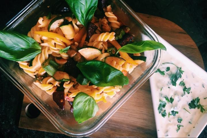 Salada de Espirais, legumes salteados e molho de iogurtevegetal